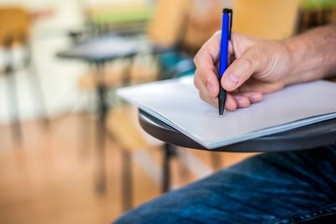 A primeira coisa que você precisa saber é que ele usa a base do texto dissertativo-argumentativo. O foco: transmitir a opinião do autor, seu posicionamento a respeito de um assunto.